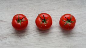 Comida ecológica y sana, aún vida de los tomates y de los pepinos frescos, maduros en el fondo de la madera Foto de archivo libre de regalías
