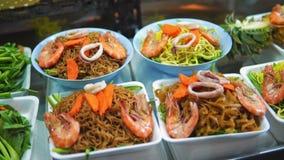 Comida en Asia, comida nacional tradicional de la calle en Asia mercado de la noche, productos exóticos y mariscos, el cocinar al metrajes