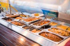 Comida en contador del almuerzo en el restaurante Imagenes de archivo