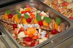comida en el restaurante o abastecimiento o banquete Imágenes de archivo libres de regalías