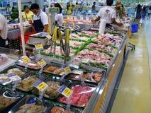 Comida en el supermercado local imagenes de archivo