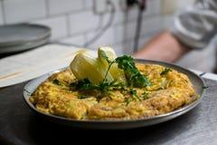 Comida en restaurante, cocina limpia y armonía Fotos de archivo
