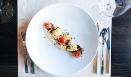 Comida en restaurante en la tabla Foto de archivo libre de regalías