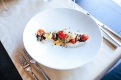 Comida en restaurante en la tabla Fotos de archivo