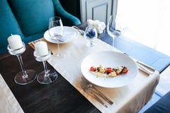 Comida en restaurante en la tabla Fotografía de archivo