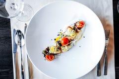 Comida en restaurante en la tabla Imagen de archivo