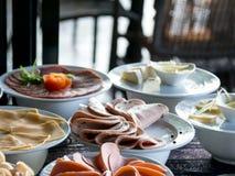 Comida en un hotel, aperitivo de la comida fría Tablero todo del desayuno del hotel usted puede comer la comida fría Foto de archivo