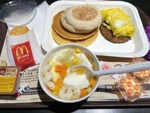 Comida en un McDonalds en Hong Kong Foto de archivo libre de regalías