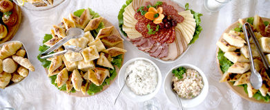 comida en una tabla, decoración de la comida, concepto del partido, charcutería del abastecimiento de la variedad Foto de archivo