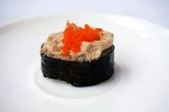Comida, ensalada de atún y sushi japoneses de las huevas del pez volador Foto de archivo