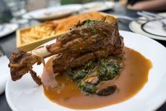 Comida europea: Caña asada del cordero en salsa de la salsa Foto de archivo