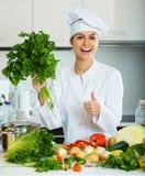 Comida femenina del vegetariano del cocinero Imágenes de archivo libres de regalías
