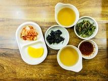 Comida fermentada coreana tradicional en pequeños cuencos fotografía de archivo