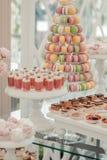 Comida fría de dulces en la tabla de la boda foto de archivo libre de regalías