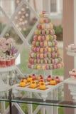Comida fría de dulces en la tabla de la boda fotografía de archivo libre de regalías