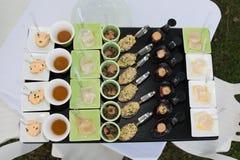 Comida fría de la comida en restaurante de lujo Tabla del arreglo de la comida del abastecimiento de la comida fría Fotos de archivo libres de regalías