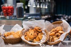 Comida fría de los pasteles para el desayuno o brunch dominical en interior del restaurante del hotel Imagen de archivo