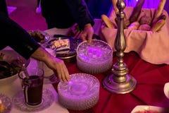 Comida fría del abastecimiento del grupo de la gente en el restaurante de lujo de la tabla de la comida con la carne, el pan y di Imagen de archivo