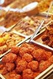 Comida fría del alimento en las bandejas calientes Imagen de archivo libre de regalías
