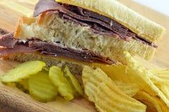 Comida fría del bocadillo del rosbif con las patatas fritas Imagenes de archivo