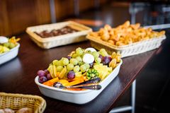 Comida fría del cuenco del disco de la fruta en el lugar del evento del negocio o de la boda Fotografía de archivo