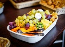 Comida fría del cuenco del disco de la fruta en el lugar del evento del negocio o de la boda Foto de archivo libre de regalías