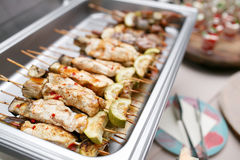 Comida fría del desayuno en hotel o el abastecimiento Pollo asado a la parrilla en los pinchos de bambú Imagen de archivo