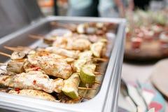 Comida fría del desayuno en hotel o el abastecimiento Pollo asado a la parrilla en los pinchos de bambú Fotos de archivo libres de regalías