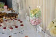 Comida fría dulce deliciosa con las magdalenas, los vidrios del tiramisu y otro Fotos de archivo