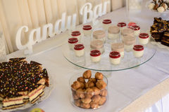 Comida fría dulce deliciosa con las magdalenas, los vidrios del tiramisu y otro Foto de archivo libre de regalías