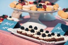 Comida fría dulce deliciosa con las magdalenas, macarrones, otros postres, Fotografía de archivo