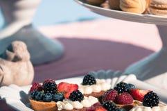 Comida fría dulce deliciosa con las magdalenas, macarrones, otros postres, Imágenes de archivo libres de regalías