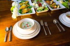 Comida fría elegante de la cena con la sopa, los pescados y las verduras Fotografía de archivo libre de regalías