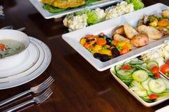 Comida fría elegante de la cena con la sopa, los pescados y las verduras Imágenes de archivo libres de regalías