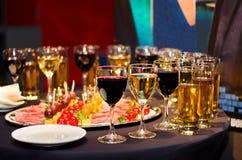 Comida fría festiva con el vino y los vidrios Fotografía de archivo