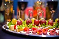 Comida fría festiva con el vino y los vidrios Fotos de archivo