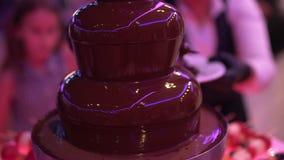 Comida fría: fuente del chocolate en la tabla almacen de video