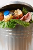 Comida fresca en el cubo de la basura para ilustrar la basura Imágenes de archivo libres de regalías