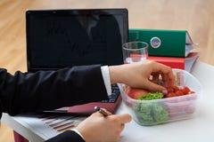 Comida fresca ligera en la oficina imagen de archivo