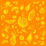 Comida, frutas y bayas dibujadas mano del garabato Objetos amarillos, fondo inconsútil de la acuarela anaranjada Foto de archivo