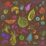 Comida, frutas y bayas dibujadas mano del garabato Objetos coloreados, fondo inconsútil de la acuarela marrón Imagen de archivo libre de regalías