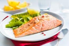 Comida gastrónoma de los mariscos de salmones asados a la parrilla