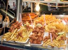Comida grasienta de la calle de perritos calientes y de patatas fritas Imagen de archivo