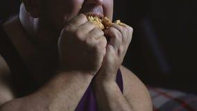 Comida grasienta por todo la cara del comportamiento gordo del hombre, feo y sucio, primer almacen de metraje de vídeo