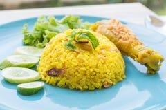 Comida Halal, pollo Biryani con salsa picante verde Foto de archivo