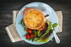 Comida hecha en casa del potpie con la ensalada Imagen de archivo