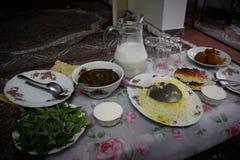 Comida hecha en casa iraní tradicional: habas, arroz, verdes imagenes de archivo