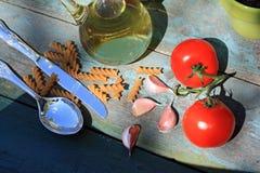 Comida, hierbas, ajo y tomates sanos Fotos de archivo