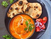 Comida india - unte con mantequilla el pollo con roti y la ensalada foto de archivo libre de regalías
