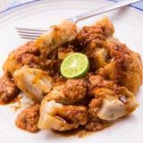 Comida indonesia Baso Tahu Bandung: las bolas de masa hervida cocidas al vapor con la salsa dulce del cacahuete y la salsa de soj Fotos de archivo